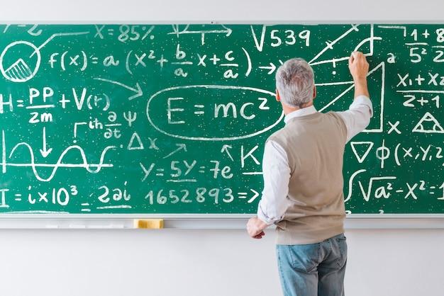 ボード上の数学の数式を書く先生 無料 Psd
