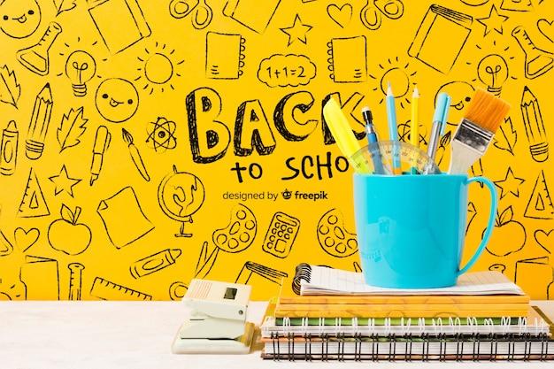 Школьная композиция с карандашами в кружке Бесплатные Psd