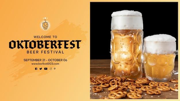 テーブルの上のプレッツェルとオクトーバーフェストビールジョッキ 無料 Psd