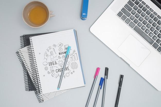 カラフルなペンでトップビューラップトップ 無料 Psd
