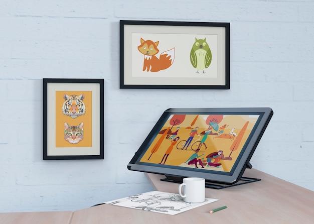 壁と机に芸術的な絵を描いたモックアップ 無料 Psd