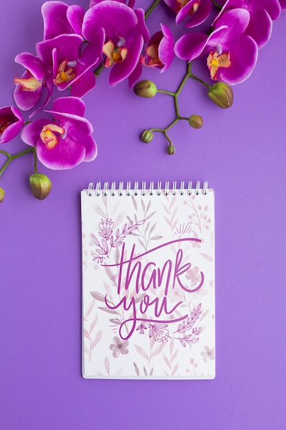 紫色の背景にノートブックモックアップのフラットレイアウト 無料 Psd