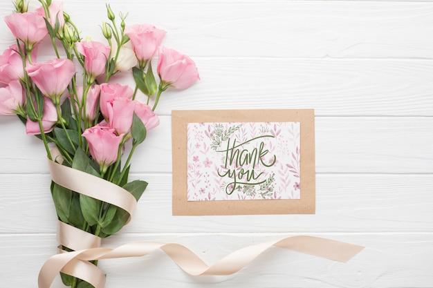フレームと木製の背景に花束のフラットレイアウト 無料 Psd