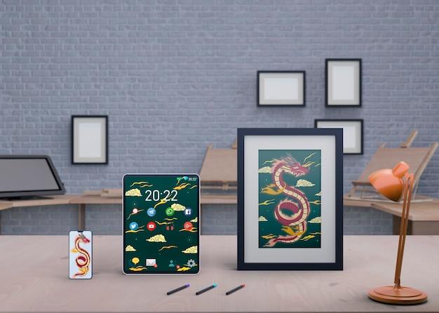 テーブルの上のフレームに芸術的な絵を描く 無料 Psd