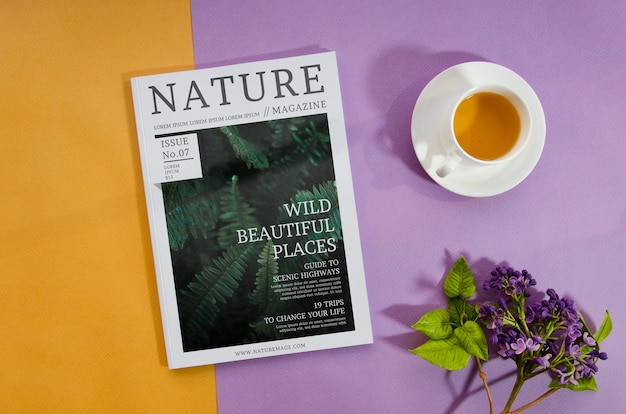 コーヒーカップとラベンダーの隣の自然雑誌 無料 Psd