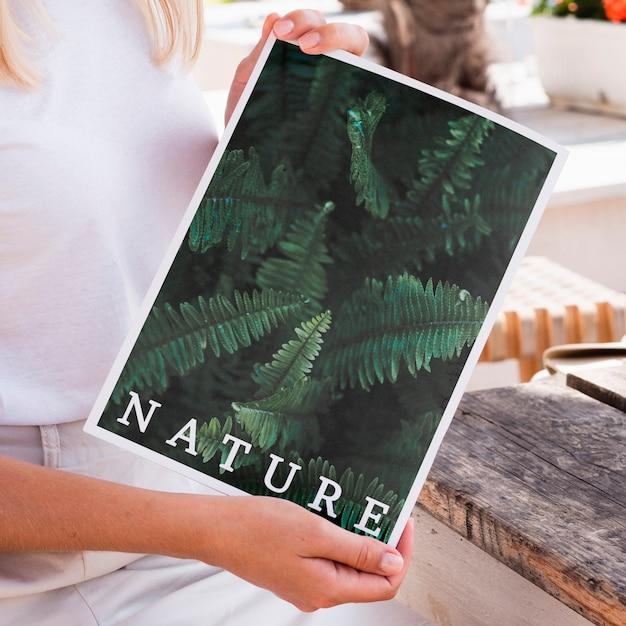 自然雑誌のモックアップを示すクローズアップ手 無料 Psd
