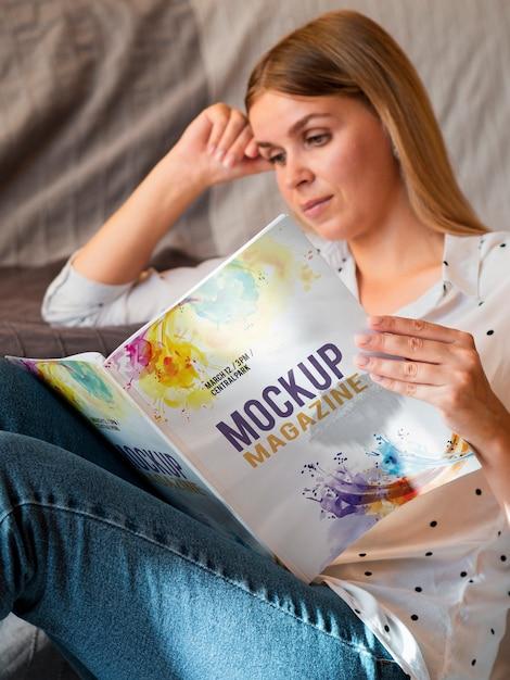 Вскользь одетая женщина читает журнал макет Бесплатные Psd