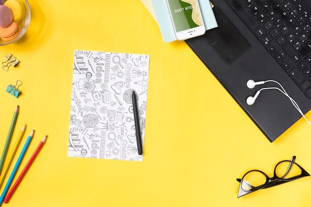 メモや紙のシートを取るためのデバイスを備えたデスクのコンセプト 無料 Psd