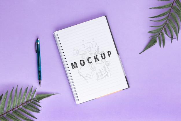 ノートとテーブルの上のペンのデスクコンセプト 無料 Psd