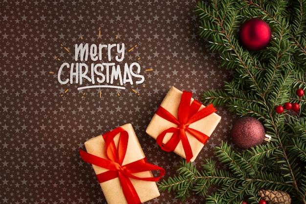 Подарочные коробки и рождественские сосновые листья Бесплатные Psd