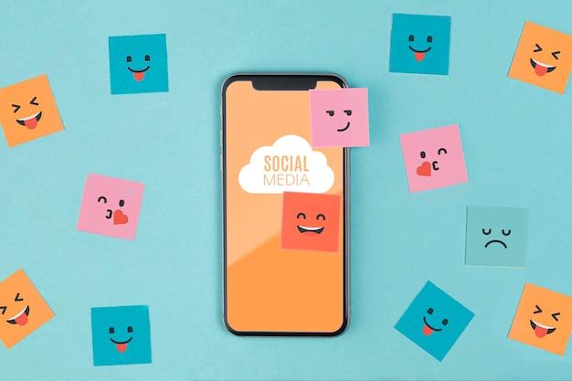 スマートフォンと付箋のソーシャルメディアの概念 無料 Psd