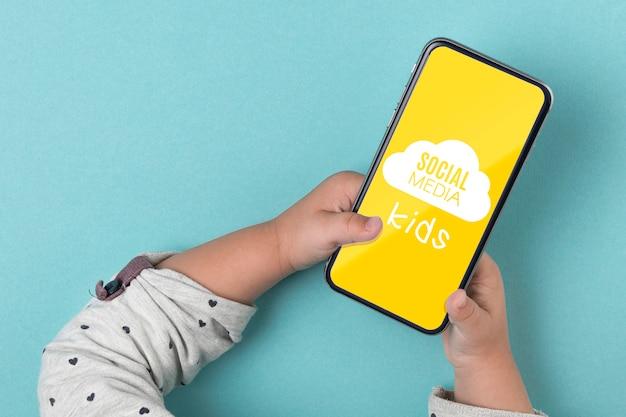 Концепция социальных медиа с ребенком, держа смартфон Бесплатные Psd