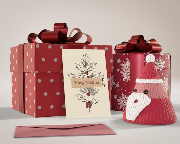 Подарки, завернутые в красную бумагу с карточкой на Бесплатные Psd
