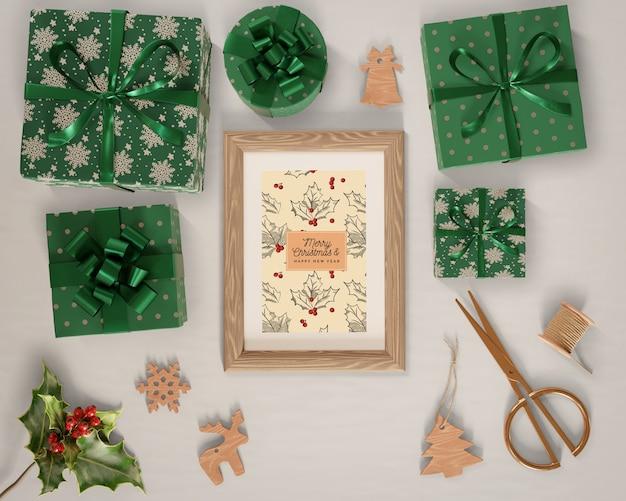 Подарки, завернутые в зеленую бумагу вокруг картины Бесплатные Psd