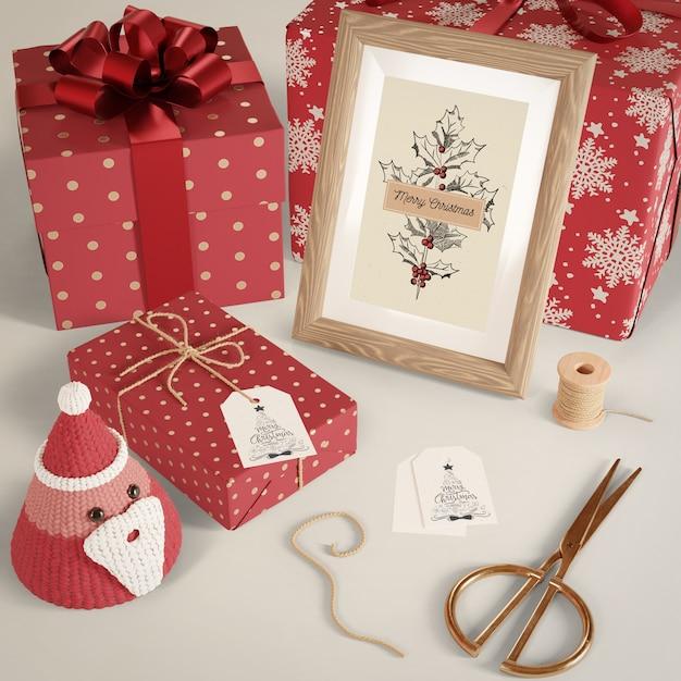 Подарки, завернутые в красную бумагу на столе Бесплатные Psd