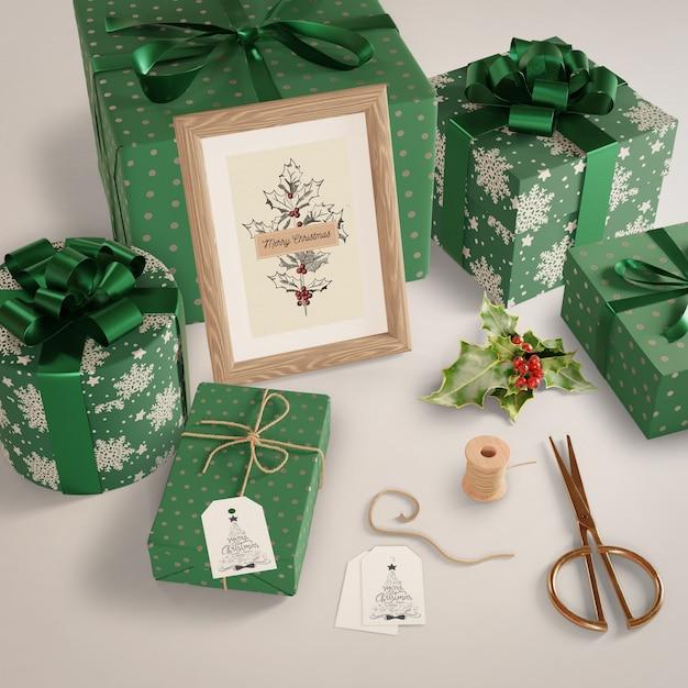 Подарки, завернутые в зеленую бумагу на столе Бесплатные Psd