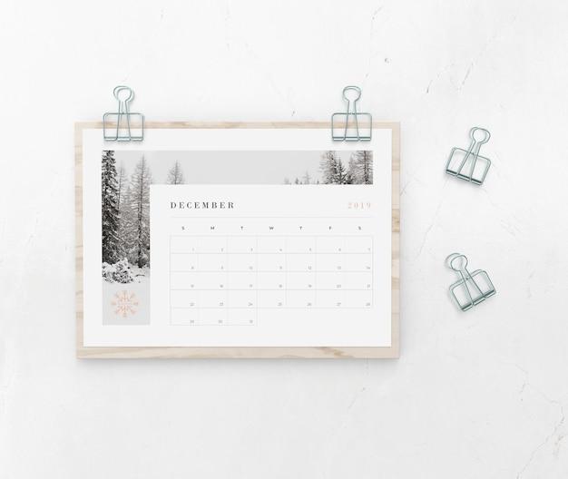 Календарь поймал на деревянной доске Бесплатные Psd