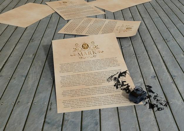 木製の背景にインクと契約のモックアップ紙 無料 Psd