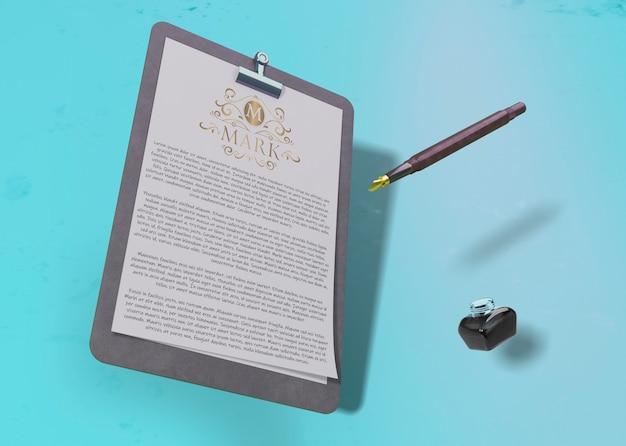 Контрактная макетная бумага и ручка с чернилами Бесплатные Psd
