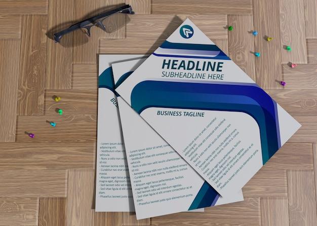 ブランド企業のビジネスモックアップ用紙のピンポイント付きチラシ 無料 Psd