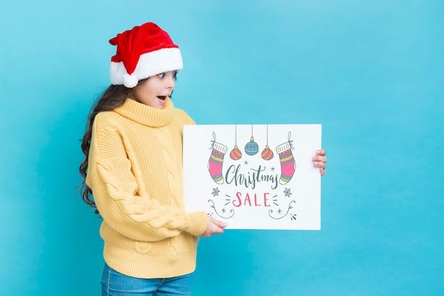 Молодая девушка смотрит удивленно на рождественские продажи рекламы Бесплатные Psd