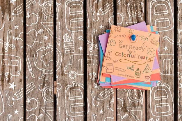 Красочный пост это бумага с мотивационными цитатами на деревянном фоне Бесплатные Psd
