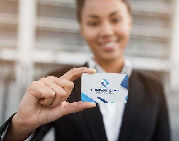 訪問カードのモックアップを保持しているビジネス女性 無料 Psd