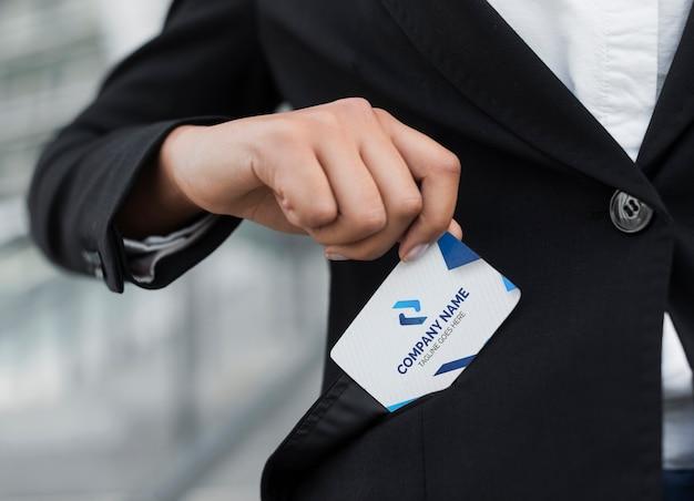 Деловая женщина достает визитную карточку макет из кармана Бесплатные Psd