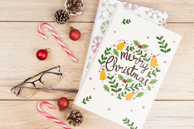 С рождеством книга с рождественскими аксессуарами Бесплатные Psd