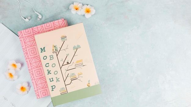 Макет обложки книги и цветы на фоне копией пространства Бесплатные Psd