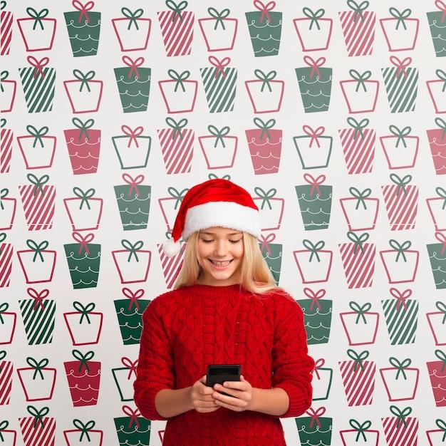 Макет молодой девушки, глядя на мобильный Бесплатные Psd