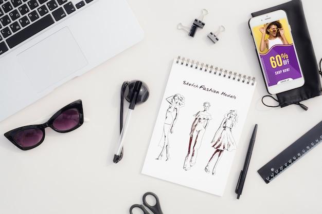 横にあるツールと机の上のファッションスケッチ 無料 Psd