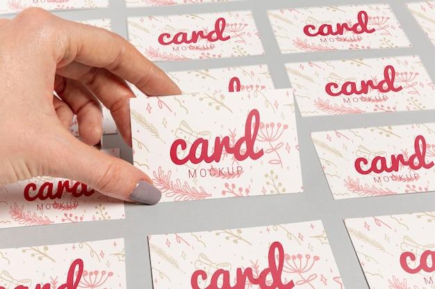 Высокий вид руки и визитки с рождественским шаблоном Бесплатные Psd