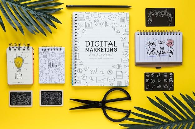 Листья тетрадей и ножницы на желтом столе Бесплатные Psd