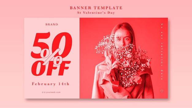彼女のジャケットに花を持つ女性最高のバレンタイン契約バナー 無料 Psd