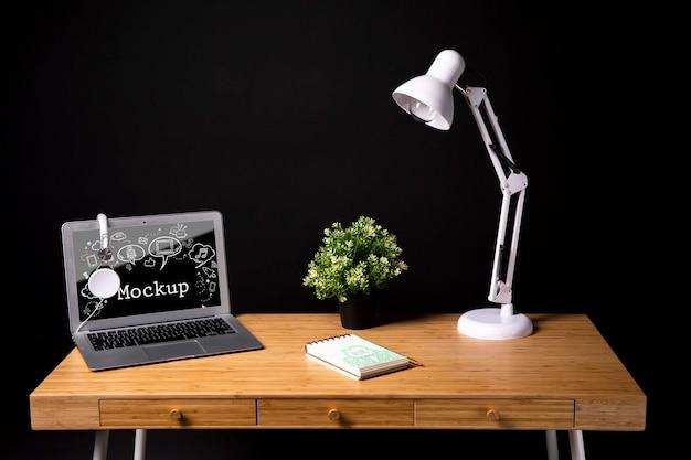 Рабочая область с лампой и растением Бесплатные Psd