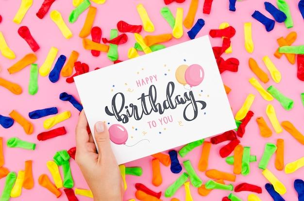 Поздравляю с днем рождения на листе бумаги Бесплатные Psd