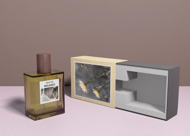 香水瓶の横にある香水箱 無料 Psd