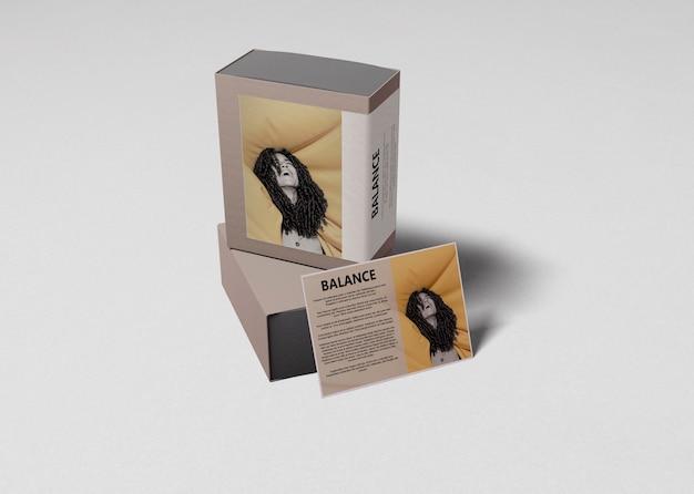 情報カードの横にある香水箱 無料 Psd