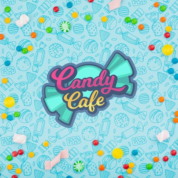 さまざまなキャンディーに囲まれたキャンディカフェのロゴ 無料 Psd