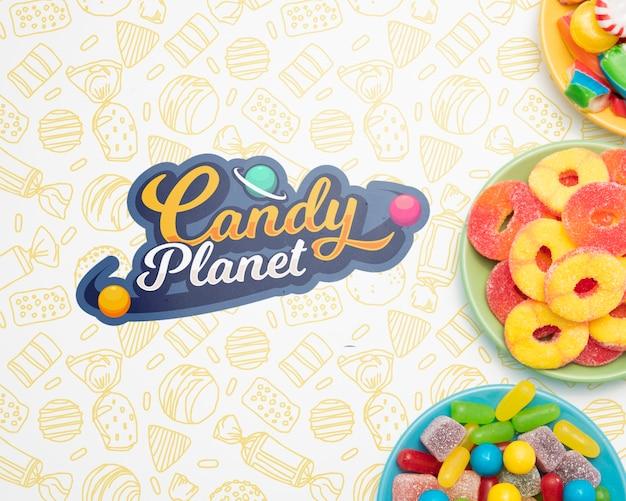 Планета конфет и тарелки, наполненные конфетами Бесплатные Psd