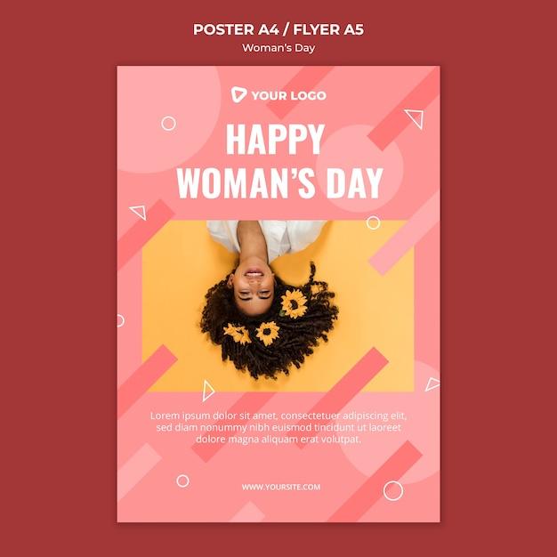 Счастливая женщина день плакат шаблон с женщиной с цветами в волосах Бесплатные Psd