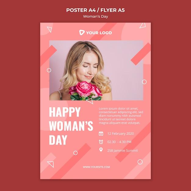 Шаблон плаката дня счастливой женщины при женщина держа букет роз Бесплатные Psd