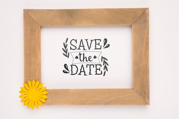 Сохрани дату макет деревянной рамы с желтым цветком Бесплатные Psd