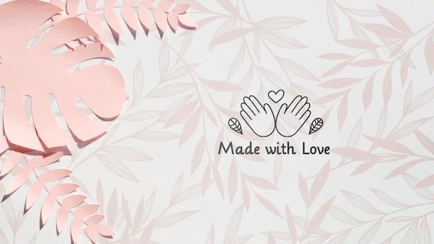愛の背景で作られたピンクのモンステラ植物 無料 Psd