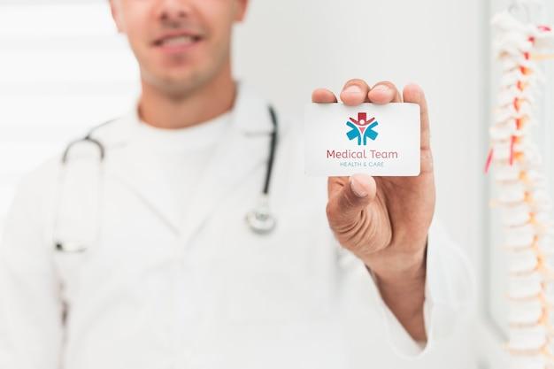 モックアップ臨床カードを保持しているぼやけた男 無料 Psd