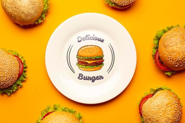 おいしいハンバーガーに囲まれたモックアッププレート 無料 Psd