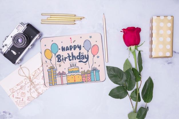 С днем рождения макет с розой и ретро камерой Бесплатные Psd