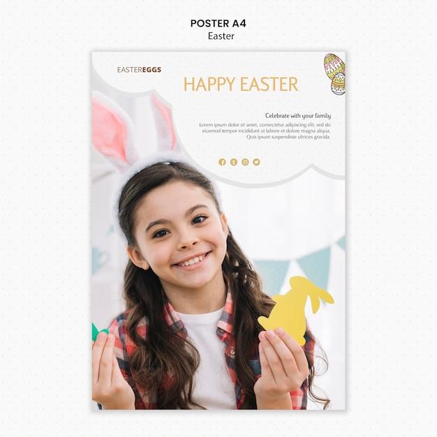 Шаблон плаката пасхи с ребенком, держащим формы кролика Бесплатные Psd
