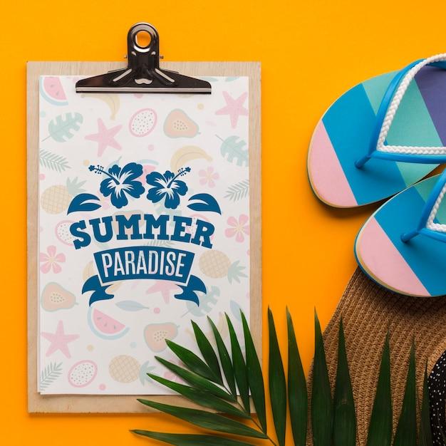 夏の楽園のクリップボードとフリップフロップのトップビュー 無料 Psd